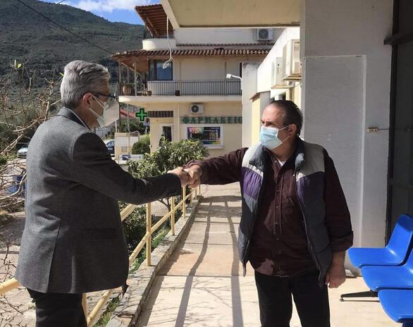 Επίσκεψη του Άγγελου Τσιγκρή στο νέο εμβολιαστικό κέντρο της Ακράτας