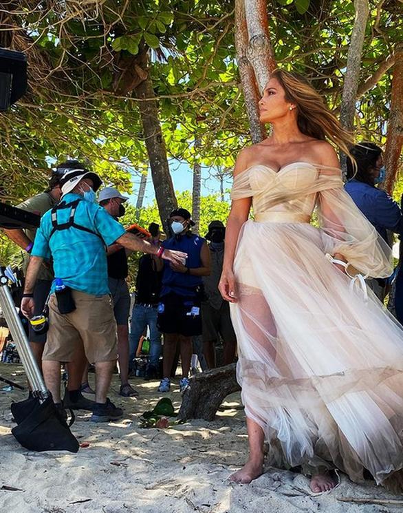 Η Τζένιφερ Λόπεζ ξυπόλητη με νυφικό στην παραλία