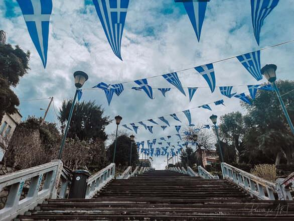 """Οι σκάλες της Αγίου Νικολάου στην Πάτρα """"ντύθηκαν"""" στα γαλανόλευκα (φωτο)"""