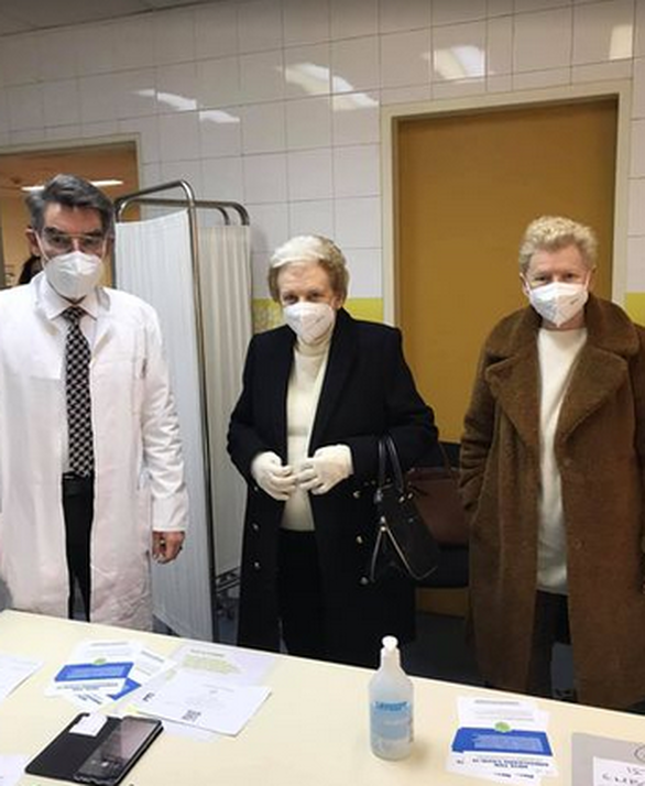 Η Έλενα Ακρίτα συνόδευσε τη μητέρα της για να κάνει το εμβόλιο κατά του κορωνοϊού