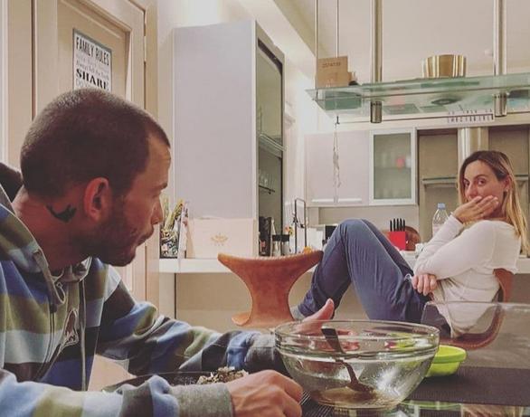 Ελεονώρα Μελέτη - Η κόρη της την φωτογραφίζει στο σπίτι