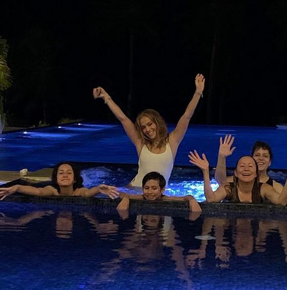 Η Τζένιφερ Λόπεζ παίζει στην πισίνα με τα παιδιά της