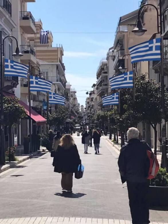 Γιατί το κέντρο της Πάτρας γέμισε από γαλανόλευκες σημαίες;