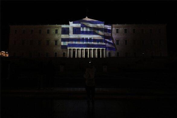 Εντυπωσιακή φωταγώγηση της Βουλής για τα 200 χρόνια από την Επανάσταση του '21 (φωτο)