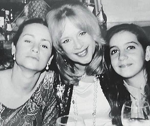 Η Αλίκη Βουγιουκλάκη ποζάρει με τις κόρες της Ζωής Λάσκαρη