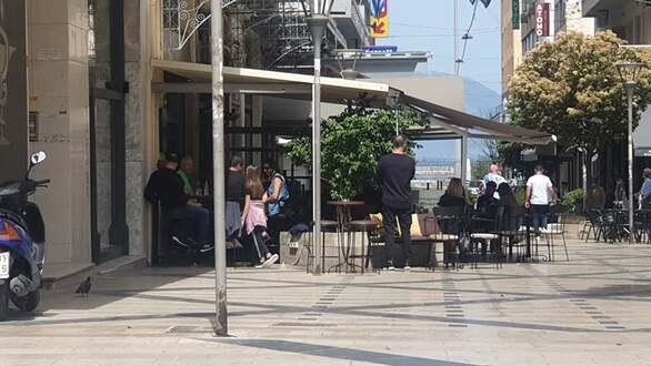 Πάτρα: «Φτιάξε μου έναν καφέ και φέρτο τραπεζάκι» - Κόσμος στα μαγαζιά (φωτο)