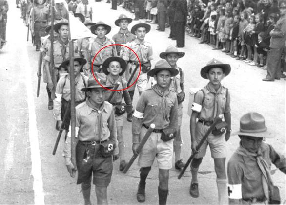 28η Οκτωβρίου 1946. Πανευτυχές 13χρονο παιδί στην πρώτη του παρέλαση με τη 2η Ομάδα Πάτρας ως πρόσκοπος.