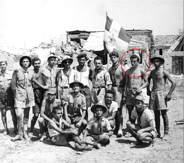 Η πατρινή προσκοπική αποστολή βοήθειας στους σεισμοπαθείς των Ιονίων Νήσων, τον Αύγουστο του 1953, εδώ μπροστά σε χαλάσματα στην Ζάκυνθο