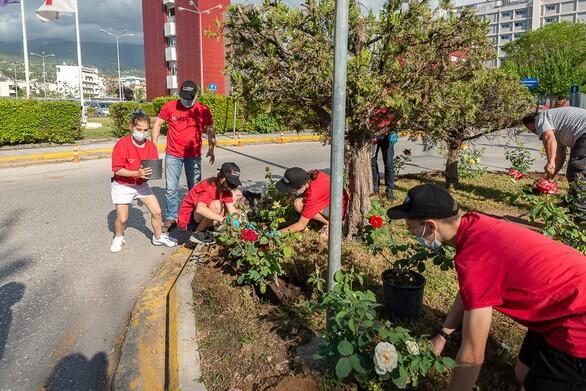"""Τίμησαν και στην Πάτρα την Red Day - Εθελοντές φύτεψαν τριανταφυλλιές στο Γ.Ν. """"Άγιος Ανδρέας"""""""