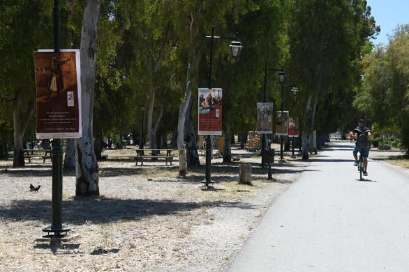 Πάτρα: Άνοιξε τις πύλες της στο Νότιο Πάρκο η υπαίθρια έκθεση με θέμα την ποίηση και την λογοτεχνία του 21 (φωτο)