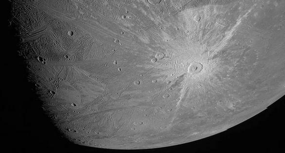Το σκάφος Juno τράβηξε κοντινές φωτογραφίες του μεγάλου δορυφόρου Γανυμήδη του Δία