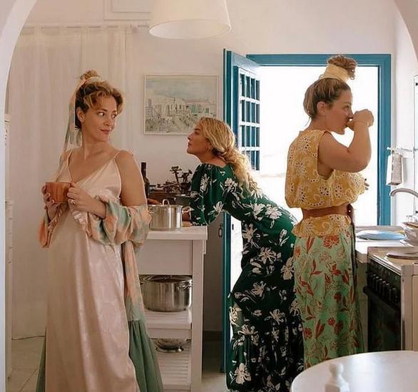 H Νατάσα Μποφίλιου ποζάρει με την αδερφή της και μια φίλη τους