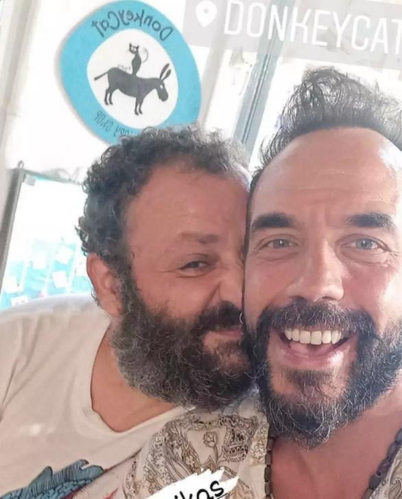 """Μουζουράκης - Πατσίκας: Ποζάρουν ξανά μαζί, 14 χρόνια μετά τους """"Singles"""""""