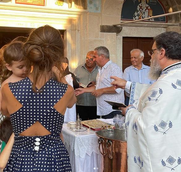 Η Κατερίνα Μουτσάτσου βάφτισε τον γιο της στην Αίγινα