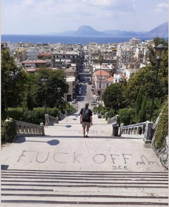 """Σκάλες Αγίου Νικολάου: Ο """"καλλιτέχνης"""" αυτή τη φορά """"έγραψε""""!"""