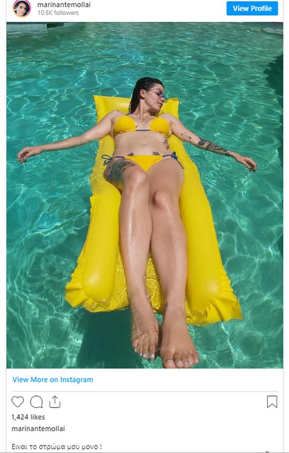 Μαρίνα Ντεμολλάι: Ποζάρει με καυτό κίτρινο μπικίνι και είναι αγνώριστη