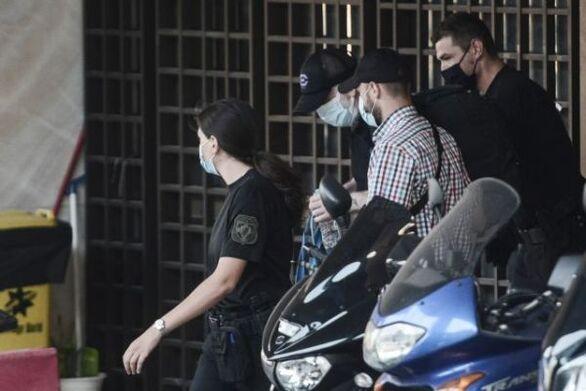 Με χειροπέδες ο Πέτρος Φιλιππίδης - Προσωρινά κρατούμενος στις φυλακές της Τρίπολης