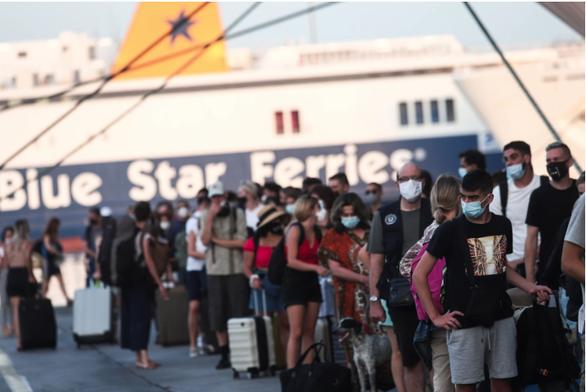 «Βούλιαξε» ο Πειραιάς από τους αδειούχους: Το αδιαχώρητο στο λιμάνι για το ταξίδι προς τα νησιά (φωτο)