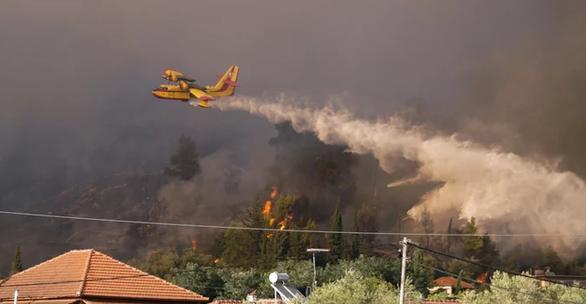 Ηλεία: Συνεχίζεται η μάχη με τις φλόγες στην Αρχαία Ολυμπία - Στόχος να περιοριστεί το μέτωπο (pics+video)