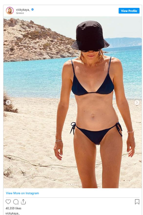 Βίκυ Καγιά: Τα καλοκαιρινά στιγμιότυπα από την παραλία με φόντο το απέραντο γαλάζιο