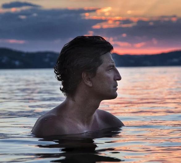 Η φωτογραφία του Σάκη Ρουβά στη θάλασσα, με τα δεκάδες χιλιάδες likes