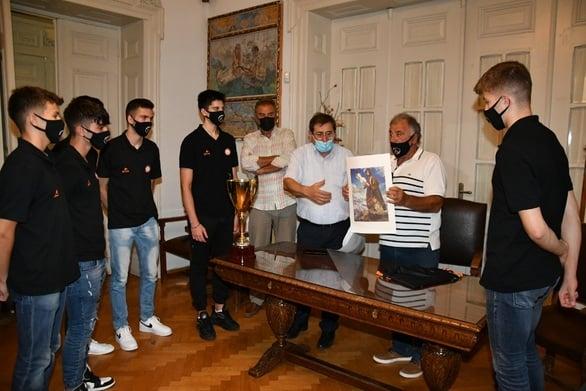 Πάτρα: Ο Δήμαρχος υποδέχθηκε την πρωταθλήτρια παιδική ομάδα μπάσκετ του Προμηθέα (φωτο)