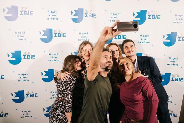 Δεκάδες Selfies έβγαλε στην εκδήλωση ο Γιάννης Αποστολάκης με Σπουδαστές και καλεσμένους. Εδώ με την Ομάδα του ΙΕΚ ΣΒΙΕ στην Πάτρα