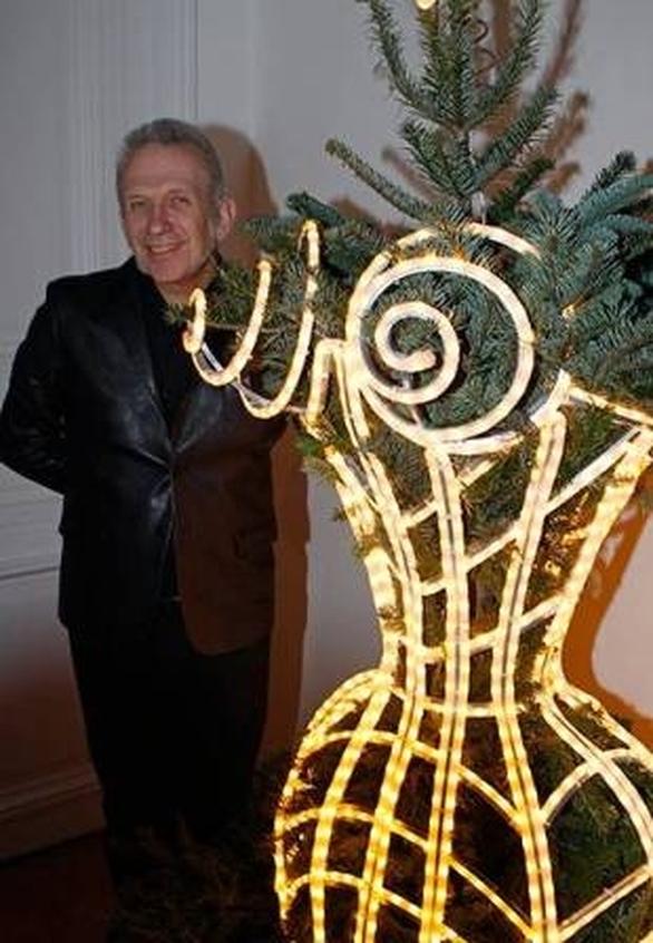 O Jean Paul Gaultier ποζάρει δίπλα στο δέντρο- κορσέ