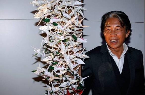 Ο Kenzo Takada δίπλα στο δέντρο του