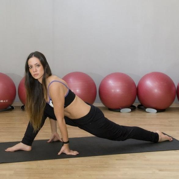 Η Μάντη Περσάκη σας δείχνει ασκήσεις για γυμνασμένους μηρούς και σφιχτούς γλουτούς (pics +video)