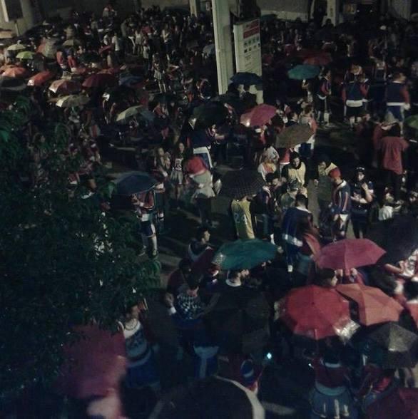 Το καρναβάλι δεν σταματά! - Τρελό πάρτι σε όλη την Πάτρα, χορεύοντας μέσα στη βροχή!