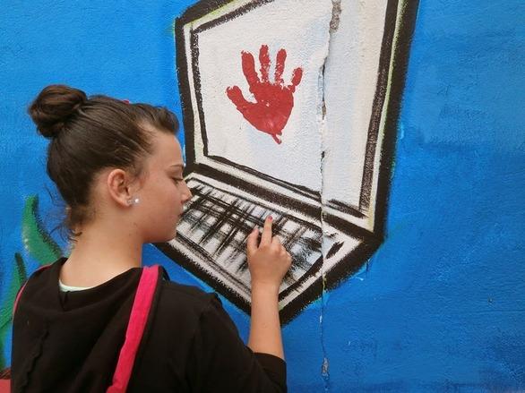 Πάτρα: Ένας τοίχος... με διαδικτυακά μηνύματα! (pics)