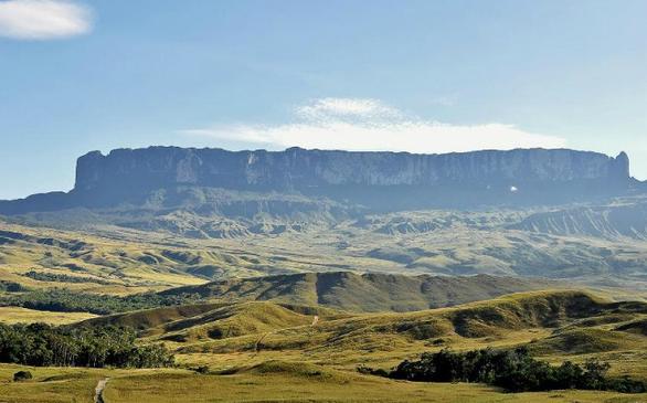 Το όρος Roraima καθορίζει τα σύνορα μεταξύ της Βραζιλίας, της Γουιάνα και της Βενεζουέλα. Τα πετρώματα του, τα ποτάμια και οι καταρράκτες του λέγεται ότι ενέπνευσαν το βιβλίο του Sir Arthur Conan Doyle, «The Lost World».
