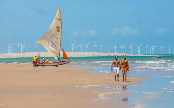 Οι δημοφιλείς αμμώδεις παραλίες του Canoa Quebrada απέχουν δυόμιση ώρες νοτιοανατολικά από τη Fortaleza, στη βορειοανατολική Βραζιλία.