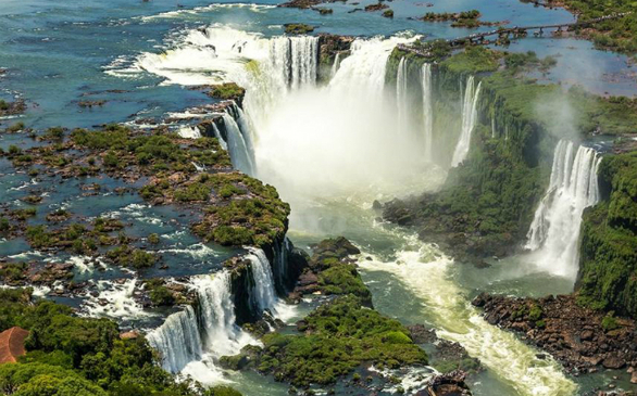 Οι καταρράκτες Iguazu αποτελούνται από περισσότερους από 270 μικρότερους καταρράκτες, οι περισσότεροι εκ των οποίων, συμπεριλαμβανομένου εκείνου που ονομάζεται «Λαρύγγι του Διαβόλου», βρίσκονται από την πλευρά της Αργεντινής.