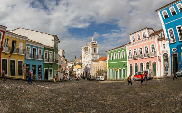Το Pelourinho είναι το ιστορικό κέντρο της πόλης Salvador de Bahia. Οι φιλόξενοι δρόμοι του διαθέτουν ανοιχτόχρωμα κτίρια, πολλά από αυτά με εντυπωσιακές προσόψεις. Η αποικιακή πόλη αποτελεί μια σύνθεση ευρωπαϊκών, αφρικανικών και αυτοχθόνων πολιτισμών.