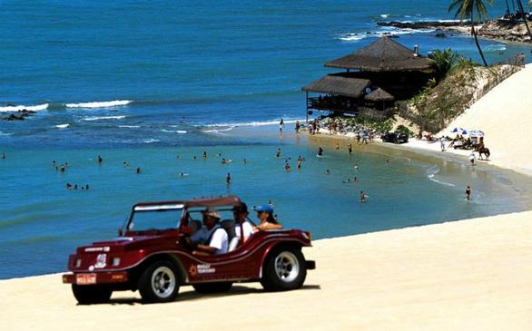 Σε απόσταση 15 λεπτών οδικώς βόρεια του Natal, η πρωτεύουσα της πολιτείας Grande do Norte κατάσταση, Genipabu, είναι περισσότερο γνωστή για τις βόλτες στους αμμόλοφους και τις λιμνοθάλασσες. Ένα από τα δημοφιλέστερα χόμπι είναι βόλτα με esquibunda, που περιλαμβάνει την ολίσθηση στους αμμόλοφους με μια ξύλινη σανίδα.