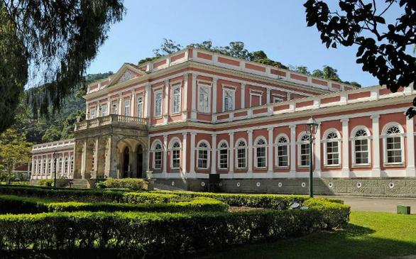 Το πρώην θερινό ανάκτορο στο κέντρο της Petrópolis χτίστηκε στα μέσα της δεκαετίας του 1800. Το μουσείο βρίσκεται σε απόσταση μιας ώρας (70 χιλιόμετρα) από το κέντρο της πόλης του Ρίο ντε Τζανέιρο και είναι ένα από τα πιο δημοφιλή μουσεία της Βραζιλίας με μέσο όρο 300.000 επισκέπτες ετησίως.