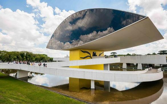Ο Oscar Neimeyer ήταν 95 ετών όταν ολοκλήρωσε το Μουσείο του Ματιού. Το μουσείο εστιάζει στην τέχνη, την αρχιτεκτονική και το design. Ευρέως γνωστό ως The Eye, ο πύργος του έχει τέσσερις ορόφους εκθεσιακού χώρου.