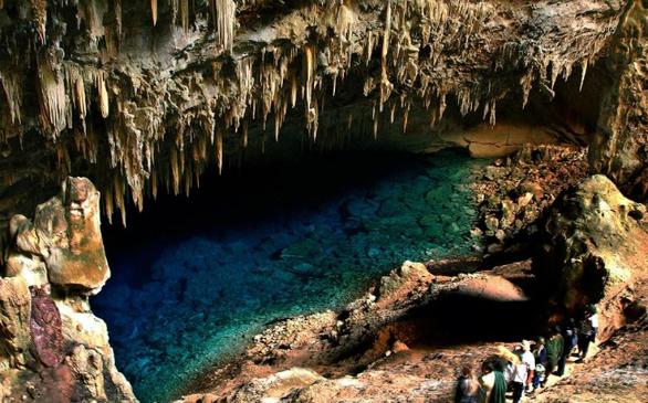Η μπλε λίμνη Grotto αποτελεί μέρος μιας από τις μεγαλύτερες πλημμυρισμένες κοιλότητες του κόσμου. Τα καταγάλανα νερά της έχουν πάνω από 60 μέτρα βάθος. Η μυστηριώδης πηγή της λίμνης πιστεύεται ότι είναι ένα υπόγειο ποτάμι, αλλά αυτό δεν έχει ακόμη αποδειχθεί. Το σπήλαιο είναι πλούσιο σε προϊστορικούς θησαυρούς.