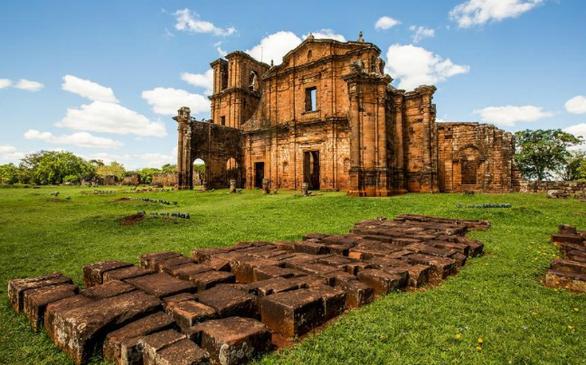Μια περιήγηση στη διαδρομή Missoes σημαίνει ένα βήμα πίσω στις πρώτες δεκαετίες του 17ου αιώνα. Ο καθεδρικός ναός της αποστολής των Ιησουιτών στα μέσα του 1700, χτίστηκε σε διάστημα 10 ετών από τις εκατοντάδες των ιθαγενών Guarani.