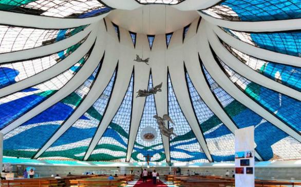 Ένα ακόμα θαύμα του Oscar Niemeyer, ο καθεδρικός ναός της Brasilia είναι ένα από τα μέρη που αξίζει να επισκεφθείτε. Μπορεί να φιλοξενήσει μέχρι 4.000 άτομα.