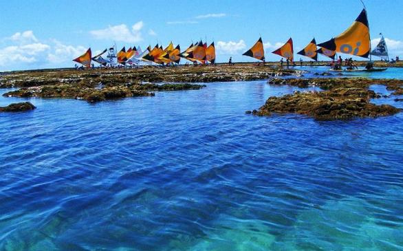 Έχει χαρακτηριστεί ως μια από τις πιο όμορφες παραλίες της Βραζιλίας. Το Porto de Galinhas διαθέτει φυσικές πισίνες με κρυστάλλινο νερό, ιδανικές για κολύμβηση και καταδύσεις.