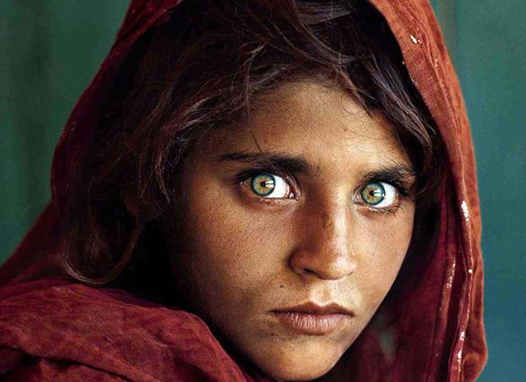 Το «κορίτσι από το Αφγανιστάν» που συνέλαβε απροσδόκητα ο φακός του φωτογράφου Steve McCurry και έγινε εξώφυλλο στο περιοδικό «National Geographic» αναγνωρίστηκε αργότερα. Ήταν η Sharbat Gula, η κοπέλα που καθήλωσε την οικουμένη με τα λαμπερά πράσινα μάτια της…