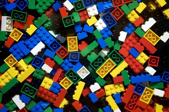 Η μανία με τα πλαστικά τουβλάκια δεν λέει να κοπάσει και πλέον έχουν μετατραπεί ακόμα και σε κινηματογραφικούς αστέρες. Η ιστορία της Lego έχει όμως ένα σκοτεινό, κατασκότεινο μυστικό: το αγαπημένο παιχνίδι όλων είναι στην πραγματικότητα απλή αντιγραφή (για να το πούμε κομψά)! Κι αυτό γιατί κάποτε η Lego Group ήταν ένα απλό παιχνιδάδικο της Δανίας: ήταν το 1916 όταν μια ομάδα μαραγκών κατασκεύαζε μικρά ξύλινα παιχνίδια, μέχρι κάποιος τους σφύριξε για την αγγλική Kiddicraft, τη φίρμα κάποιου Hilary Fisher Page που κατασκεύαζε πλαστικά τουβλάκια με εσοχές, ιδανικά για να συμπλέκονται σε ομάδες. Τα τουβλάκια ήταν βέβαια πατενταρισμένα, αν και η Lego δεν θα μπορούσε να νοιαστεί λιγότερο γι' αυτό: δανείστηκε λοιπόν τον σχεδιασμό της Kiddicraft, πρόσθεσε και τις δικές της (ελάχιστες) πινελιές και τα υπόλοιπα είναι ιστορία! Η Lego έγινε μια από τις κορυφαίες εταιρίες παιχνιδιών του κόσμου, όσο για την Kiddicraft , κανείς δεν ξανάκουσε έκτοτε γι' αυτή. Η Lego δεν είναι φυσικά η μόνη εταιρία που υφάρπαξε την ιδέα κάπ