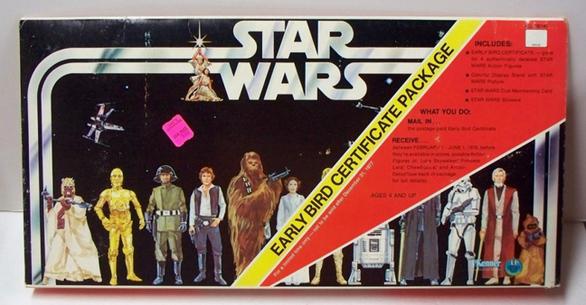Όταν ο Τζορτζ Λούκας κινηματογραφούσε το πρώτο «Star Wars», φάνηκε από νωρίς ότι ήταν εξίσου επιχειρηματίας όσο και σκηνοθέτης. Κι αυτό γιατί ο Λούκας αρνήθηκε την παχυλή προσωπική αμοιβή των 500.000 δολαρίων, παίρνοντας μόνο 150.000 δολάρια μισθό, αποκτώντας όμως τόσο τον έλεγχο όλων των sequels όσο και τα αποκλειστικά δικαιώματα στην εμπορική εκμετάλλευση των προϊόντων. Πριν ολοκληρωθεί η θρυλική ταινία, τα εν λόγω δικαιώματα δεν ήταν και καμιά σπουδαία ιστορία, άσε που η 20th Century Fox θεωρούσε πως το «Star Wars» θα πάτωνε εισπρακτικά. Η πραγματικότητα ήταν όμως ελαφρώς διαφορετική: το «Star Wars» κέρδισε 12 δισ. δολάρια σε παιχνίδια μόνο, κάνοντας τον Λούκας ασύλληπτα πλούσιο! Ακόμα και σήμερα οι φιγούρες του Han Solo και του Darth Vader πουλούν σαν τρελές, φανταστείτε λοιπόν τι γινόταν το 1977. Ήταν τόσα τα παιδιά που ήθελαν να παίξουν με τις φιγούρες της μυθικής ταινίας επιστημονικής φαντασίας που η κατασκευάστρια εταιρία Kenner πιάστηκε ανέτοιμη, μην περιμένοντας την τρομακτική επιτυχία του blockbus