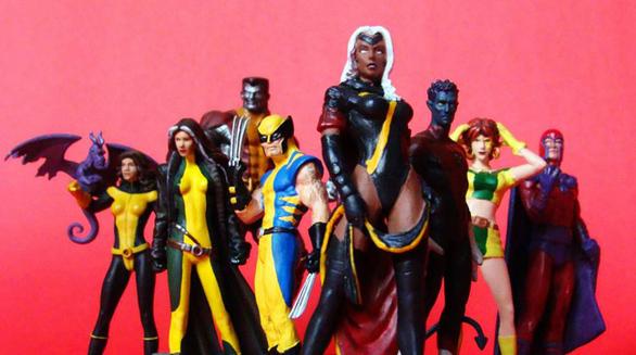 Από τη στιγμή που πρωτοεμφανίστηκαν το 1963, οι περίφημοι X-Men μάχονται συνεχώς με την προκατάληψη και τα στερεότυπα, παλεύοντας για ισότητα και αξιοπρέπεια στη ζωή των Μεταλλαγμένων. Και τότε η Marvel τους μαχαίρωσε πισώπλατα! Η αμερικανική κυβέρνηση συνήθιζε να κατηγοριοποιεί τα παιχνίδια με φιγούρες ως εξής: στις «κούκλες», που αντικατόπτριζαν ανθρώπινα όντα, και στα «παιχνίδια», που απεικόνιζαν μη ανθρώπινες μορφές. Και για κάποιον λόγο, οι κούκλες φορολογούνταν με 12% την ίδια ώρα που τα παιχνίδια με μόλις 6,8%! Όλοι μας πια μαντεύουμε τι έγινε: τα τσακάλια της Marvel ανακάλυψαν ότι οι φιγούρες της κατηγοριοποιούνταν στις «κούκλες» και πήγαν το θέμα στο δικαστήριο, ισχυριζόμενοι ότι οι X-Men (αλλά και οι Fantastic Four, ακόμα και ο Spider-Man) δεν ήταν πραγματικά ανθρώπινα όντα, αλλά μεταλλαγμένα πλάσματα! Στην πολύκροτη υπόθεση του 2003 (Toy Biz, Inc. vs United States), η Marvel κέρδισε, καθώς ο δικαστής κατέληξε ότι οι χαρακτήρες με υπερδυνάμεις «πρέπει να είναι κάτι διαφορετικό από ανθρώπους»! Τα στ