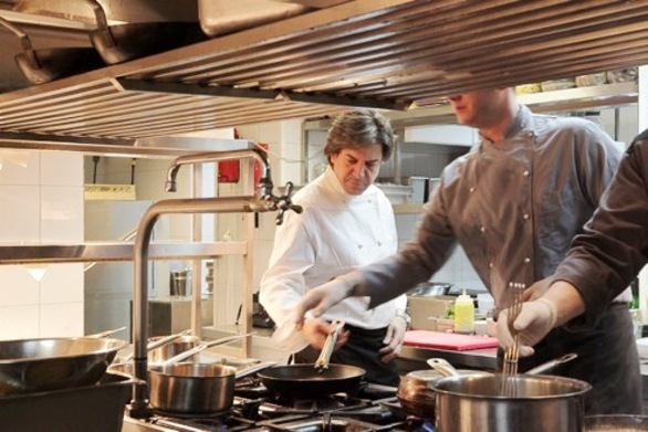 "Mε τέσσερις ""Χρυσούς Σκούφους"" ο Γιάννης Σολάκης αναλαμβάνει την κουζίνα του Due Piani!"
