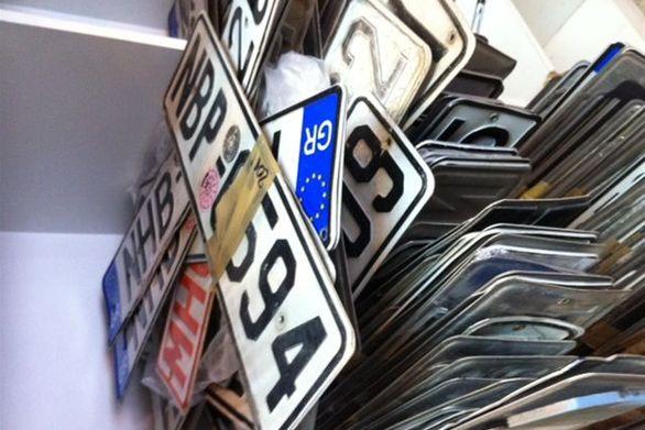 Αυτοκίνητο αλλάζει πινακίδες κυκλοφορίας καθ οδόν (video)