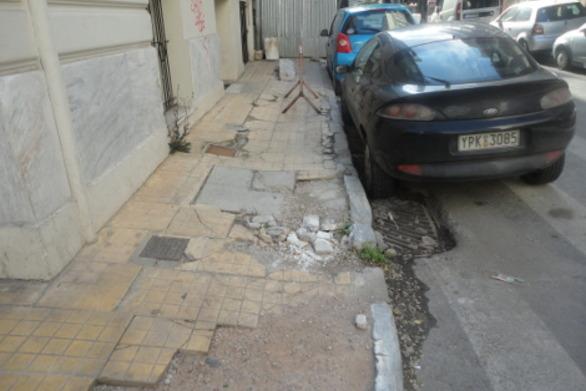 """Πεζοδρόμια και δρόμοι """"παγίδες"""" στην Πάτρα - Μάνα έπεσε σε """"τρύπα"""" έχοντας αγκαλιά το κοριτσάκι της!"""